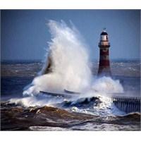 Deniz Feneri Ve Dalgalar