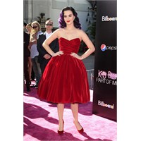 Katy Perry Elbiseleriyle Ah Dedirtiyor