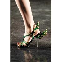 Prada Ayakkabılar Yı-kı-lı-yor