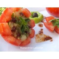 Domates Çanağında Köz Patlıcan Salatası