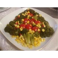 Brokoliden Çam Ağacı Salatası