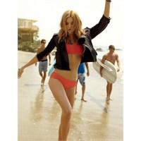 Plajlarda Son Moda Bikini Üstü Deri Ceket