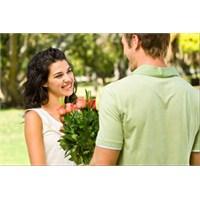 Sevgiliye Çiçekçiden En Ucuz Çiçeği Hediye Eden Er