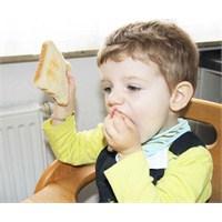 Bebeklerin Yemekle İlişkisini Anneler Bozuyor!