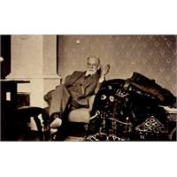 Sigmund Freud Ve Yardım Bekleyen Kanepesi