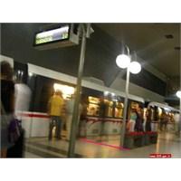 """İzmir Metro; """"Lütfen İnen Yolculara Öncelik Tanıyı"""