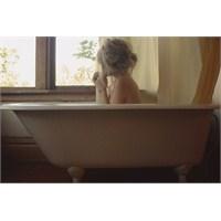 Bir Genç Kızın İç Çekişi Ve Banyodaki Hamam Böceği