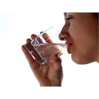 Su İçerek Ses Tellerinizi Koruyun