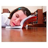 Kütüphanede Uyumanın Verdiği Keyif