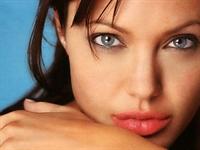 Angelina Jolie Gibi Görünmek ....