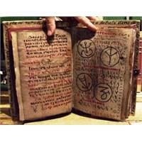 Tuhaf Kitaplar Kütüphanesi