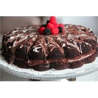 Çikolata Kremalı Çilekli Kakaolu Kek