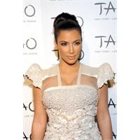 Kim Kardashian Ve Transparan Dantelli Kıyafeti