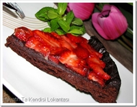 Çilek Kaplı (unsuz) Çikolatalı Kek