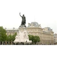 Bu Da Paris'in Cumhuriyet Meydanı - Place De La Rp