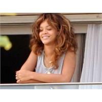Makyajsız Ve Pijamalı Rihanna!