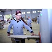 Ojeli Tırnaklarla Mobilya Üretiyorlar