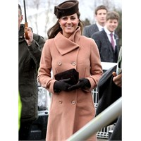 Kate Middleton'un Pembe Mantosu