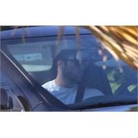 Robert Pattinson Araba Kullanırken Görüntülendi