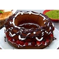 Çikolata Soslu Çilekli Kek