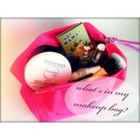 Kozmetik Blogu Kontes 'in Makyaj Çantası ?