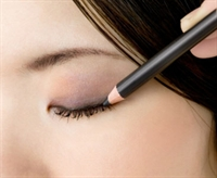 Göz Kalemi Ve Eyeliner İle Güzellik