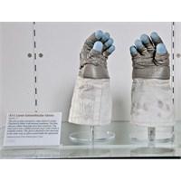 Neil Armstrong'un Eldivenleri Sergileniyor