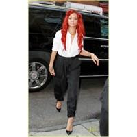 Rihanna Ayakkabılarıyla Yıkıp Geçiriyor !