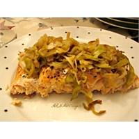 Karamelize Pırasalı, Fırında Kızarmış Somon Balığı
