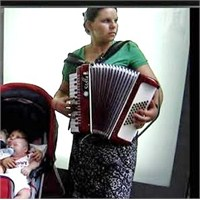 Akordeon Çalan Kadın