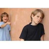 Dalga Geçilen Çocuğa Anne Baba Nasıl Davranmalı?