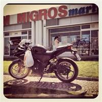 Markete Spor Motosikletle Gitmek
