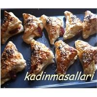 Sucuklu Kaşarlı Milföy Böreği En Basit Börek
