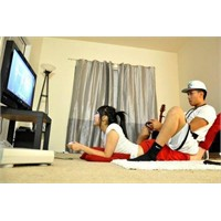 Playstation Oynayan, Maç İzleyen Ve Rakı İçen Kızı