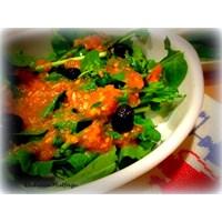 Sarımsaklı Domates Soslu Roka Salatası