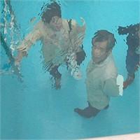 Bir Havuzun Dibinde Giyinik Ayakta Duranlar!