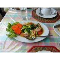 Bir Taylandlının Evinde Öğle Yemeğine Ne Dersiniz?