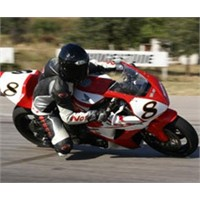 Neden Motosiklet Yan Yatsa Da Düşmez?