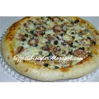 Kenarları Peynir Dolgulu Sucuklu Pizza Yapımı