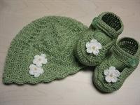 Yeşil Bebek Şapka Ve Düğmeli Patik Modeli Anlatımı