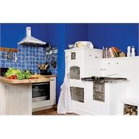 Mavi ve Beyaz Renkte Sevimli Bir Mutfak