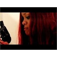 """Rihanna'nın """"Man Down"""" Klibi Olay Yarattı!"""