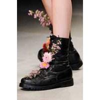Güller Ve Dikenler. Ayakkabılar Ve Çiçekler.