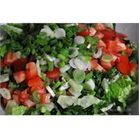 Domatesli Yeşil Salata