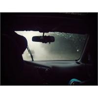 Arabanın Tavanına Vuran Yağmur Damlaları