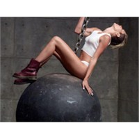 Miley Cyrus'tan Bir Olay Klip Daha: Wrecking Ball