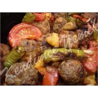 Güveçte Patates Ve Patlıcan Eşliğinde Köfte