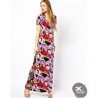 Çiçek Desenleriyle Süslenen Elbiseler