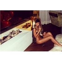 Rihanna Üstsüz Fotoğrafını Paylaştı