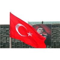 Polis Taksim'e Türk Bayrağı Asmış!